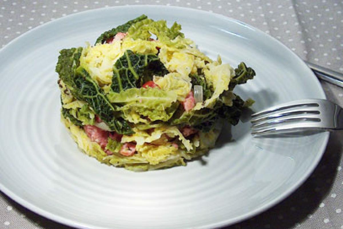 Recette de chou vert frisé, oignons et saucisses | Manger ...