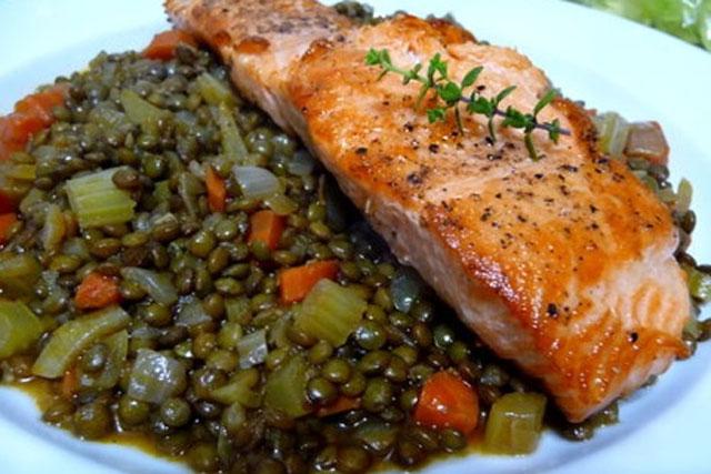 Saumon-poele-sur-une-salade-de-lentilles