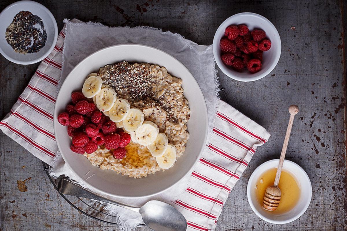 Petit-déjeuner aux flocons d'avoine avec framboises, graines et miel