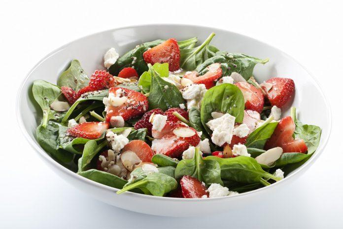 Salade d'épinard et de fraise au fromage de chèvre