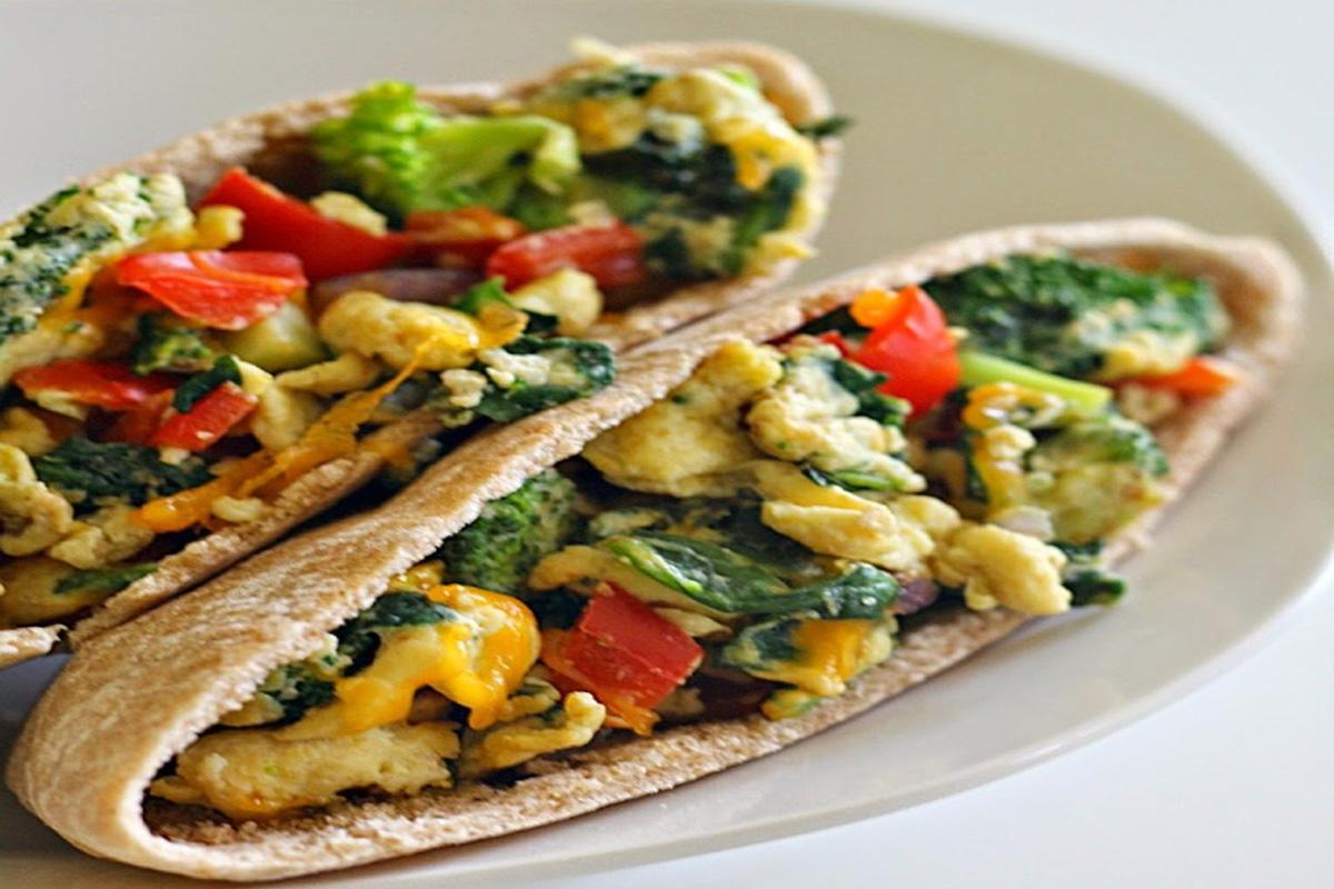 Sandwich pita aux légumes et œufs brouillés