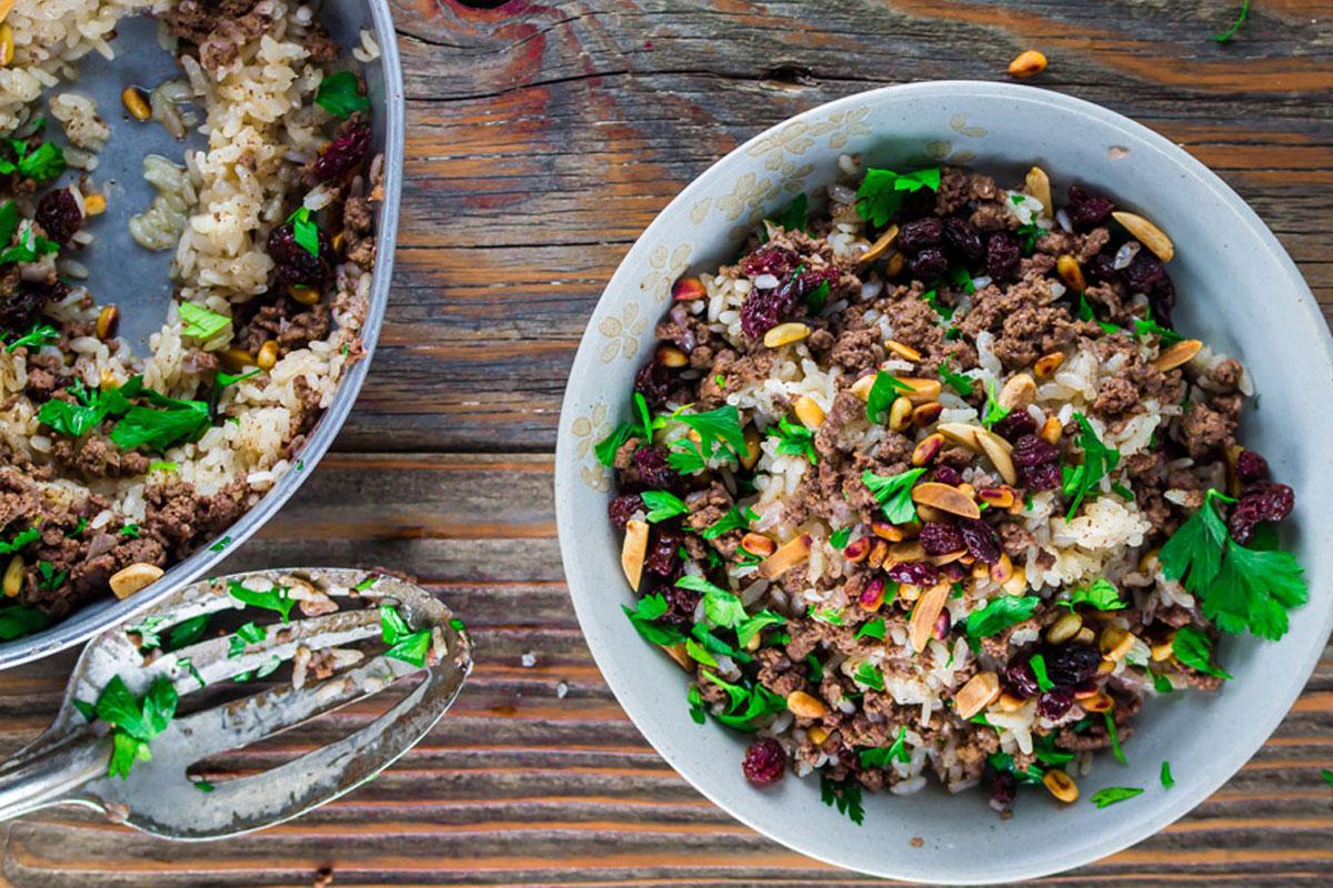 Riz au bœuf, amandes, pignons et raisins sec
