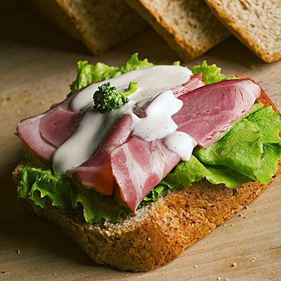 Au lieu du sandwich viande-sandwich ouvert