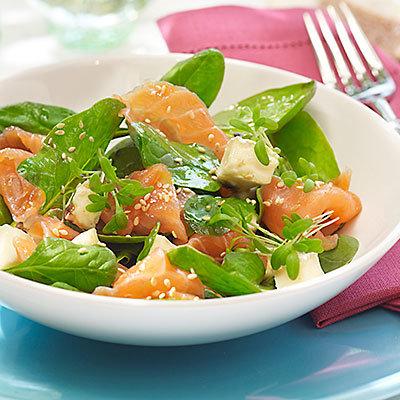 Au lieu salade bacon et fromage-salade verte avec du saumon