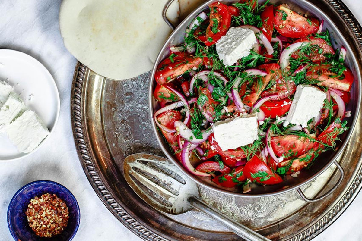 Salade méditerranéenne aux tomates et aux herbes fraîches