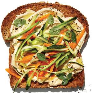 Pain grille au houmous et aux legumes