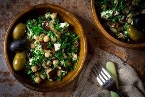 Salade méditerranéenne d'aubergine et de pois chiches