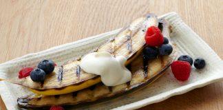Bananes grillées, yaourt et baies