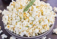 Popcorn au romarin et à l'ail