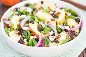 Salade pommes, noix et canneberges