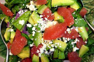 Salade d'épinards et d'avocat aux pamplemousses