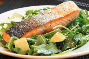 Salade de roquette, avocat et saumon