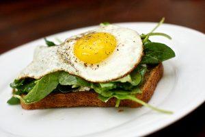 Sandwich à la ricotta, roquette et œuf