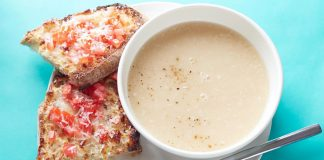Soupe de haricots blancs avec toast fromage-tomate