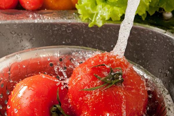 Lavez-et-frottez-les-produits-sous-l'eau-courante