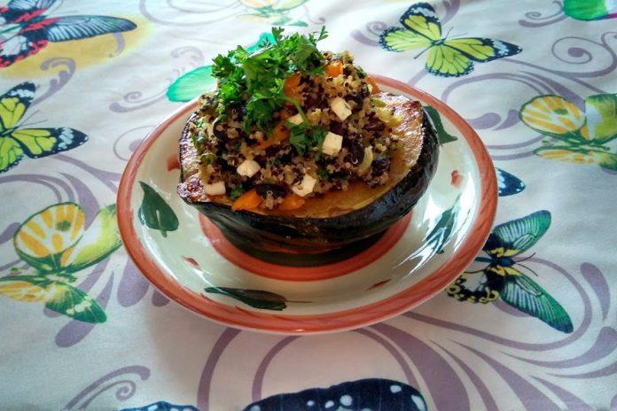 Courge musquée farcie au quinoa, haricots noirs et légumes