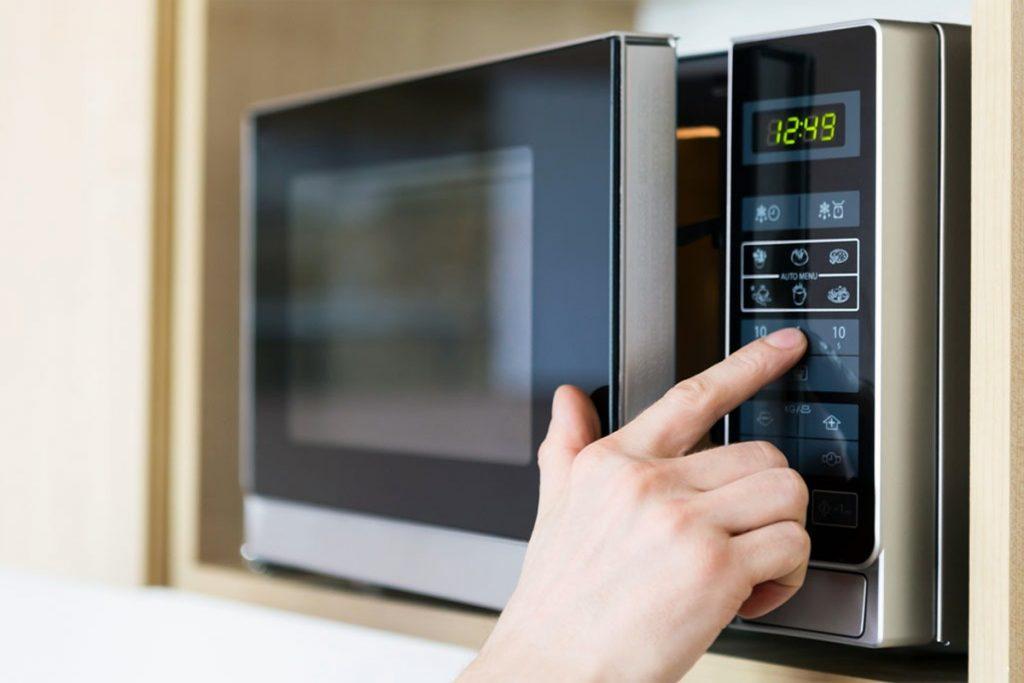 Alerte micro-ondes : vous ne devriez jamais réchauffer ces 8 ...