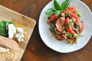 Salade d'avocats, poivrons et tomates