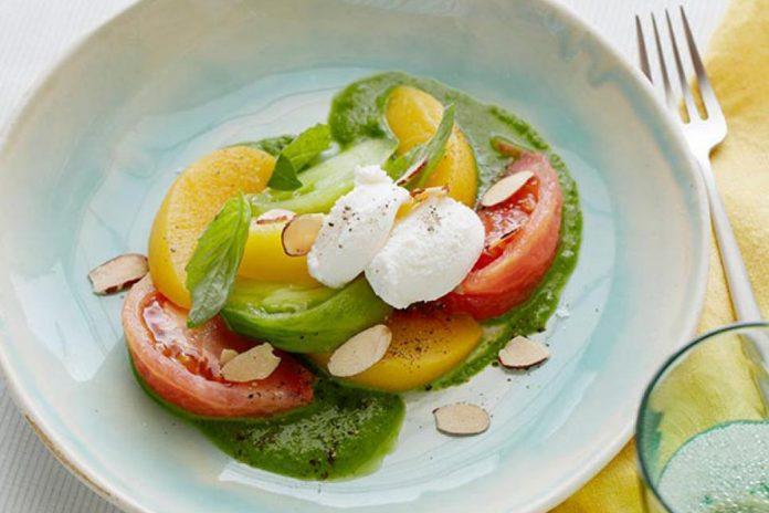 Salade de tomates et pêche à la ricotta