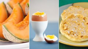 Fruits, œufs et muffin anglais au ble complet
