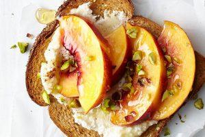 Toast aux pêches et pistaches