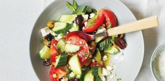 Salade grecque de concombres, tomates et feta