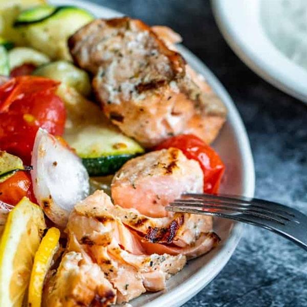 Brochettes de saumon grillé à la méditerranéenne