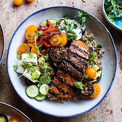 Mangez des légumes en plat principal cuits à l'huile d'olive